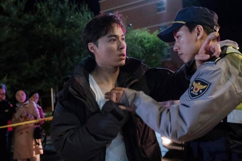 吳珉錫(左)飾演殺人嫌疑犯,與他過去端正的形象相反。(圖/采昌提供)