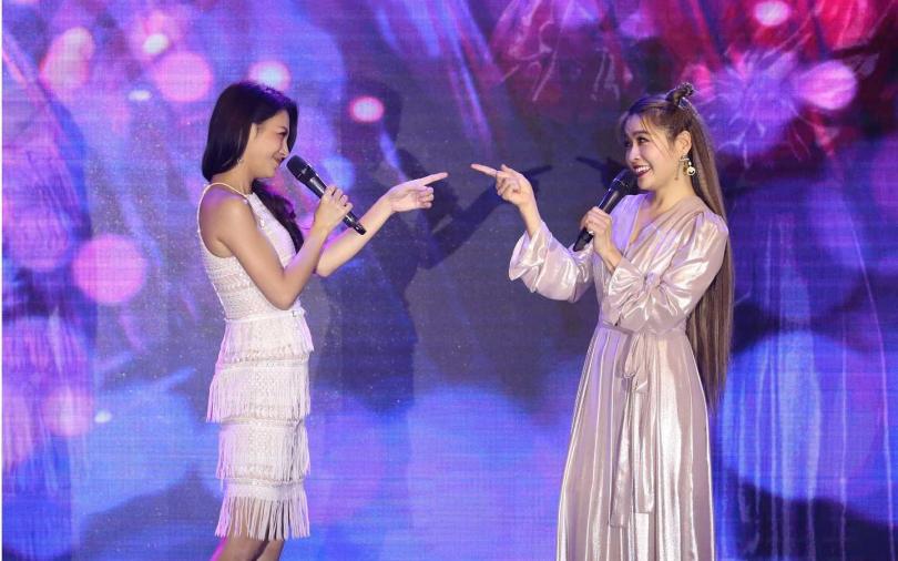 小嫻(右)和艾莉絲一同演唱〈告白氣球〉。(攝影/林勝發)