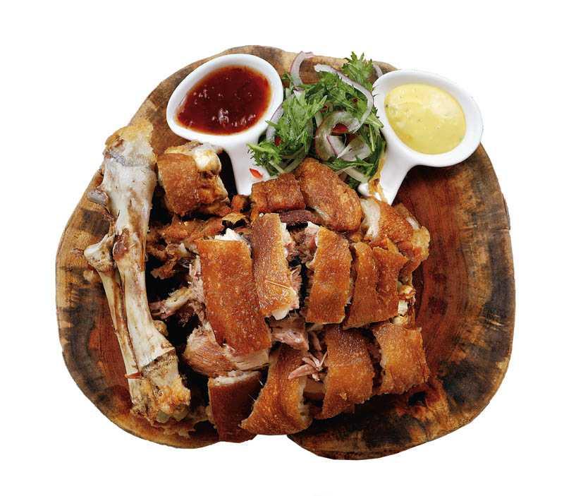 「獵宴招牌金剛腿」的作工繁複,吃法豪邁。(580元)(圖/于魯光)