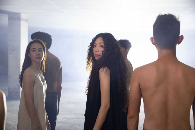萬芳在MV中小秀舞技,即興完成11秒的精采獨舞。(圖/何樂音樂提供)