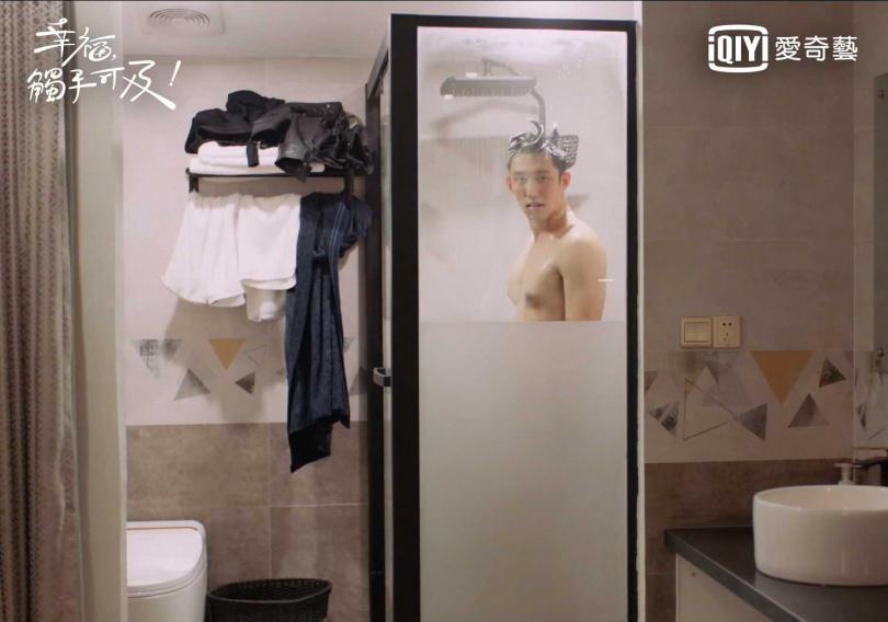 迪麗熱巴劇中醉酒在黃景瑜裸身洗澡時闖進浴室。(圖/愛奇藝台灣站提供)