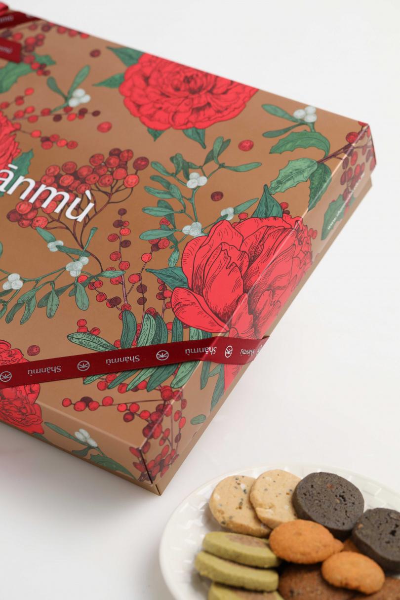 充滿喜氣的大紅牡丹及金色做底,插畫風格外高雅。(花系列富貴款/750元)
