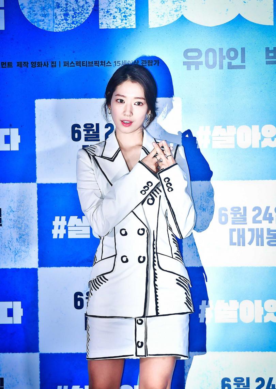 韓國人氣女星朴信惠於其主演新電影《#Alive》媒體發布會搶先穿搭FENDI California Sky 全新系列時裝,俏皮的偽西裝塗鴉外套, 展現俏皮靚麗的女神風尚。(圖/品牌提供)