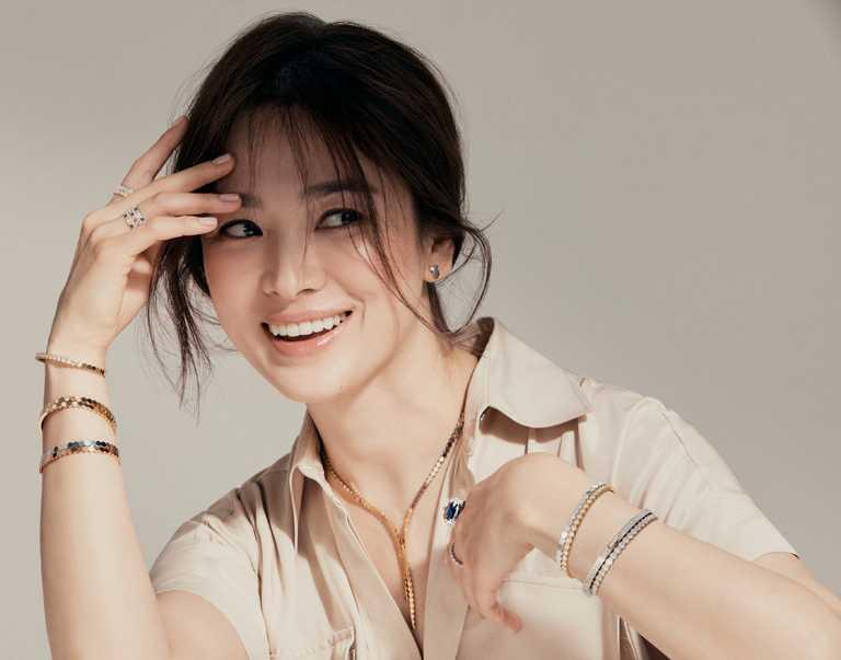 在另一套CHAUMET「Bee My Love系列」全新形象照中,宋慧喬換穿米色襯衫,知性詮釋現代女性忠於自我的率性丰姿。(圖╱CHAUMET提供)