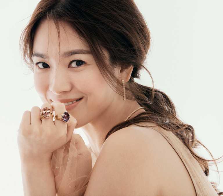 CHAUMET亞太區品牌大使宋慧喬,佩戴「Bee My Love系列」珠寶,展現活潑樣貌。(圖╱CHAUMET提供)