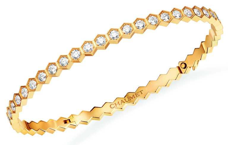 CHAUMET「Bee My Love系列」18K黃金鑽石手鐲╱425,000元。(圖╱CHAUMET提供)
