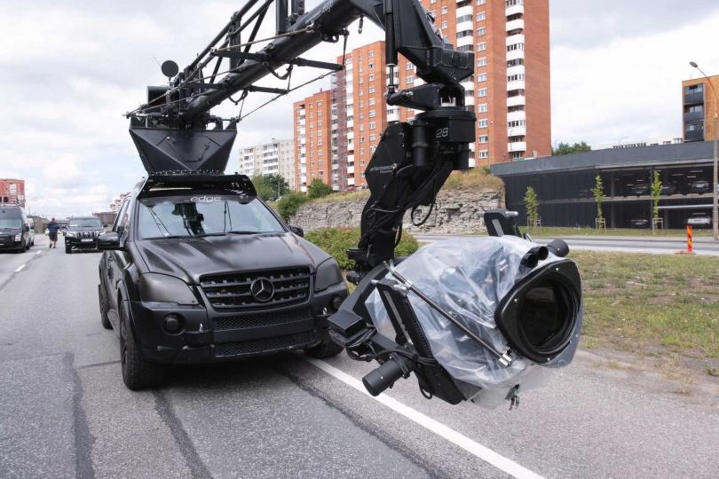 在塔林市中心一條繁忙的高速公路上展開的飛車追逐兼劫盜是片中高潮。(圖/華納兄弟提供)