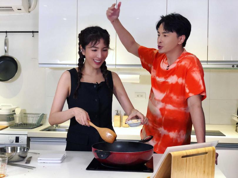 楊謹華煮飯過程竟呈現「天然呆」。(圖/最大國際娛樂)