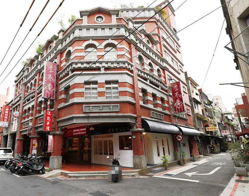 「李亭香」的店面變年輕化後,與上方紅磚建築形成有趣對比。(圖/于魯光攝)