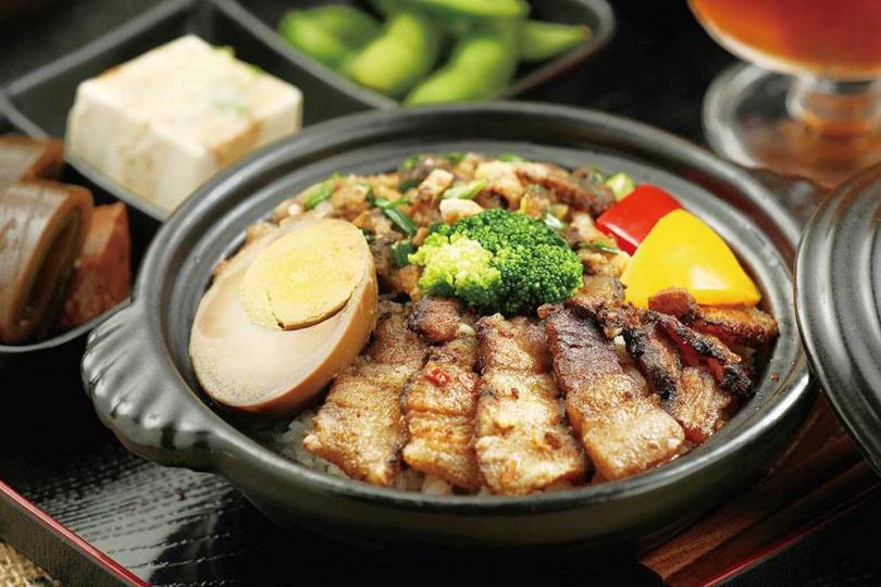 「銷魂臘肉飯」可品嘗原味與辣味臘肉兩種滋味,還附有爽口小菜與養生的桃膠飲。(350元)(圖/于魯光攝)