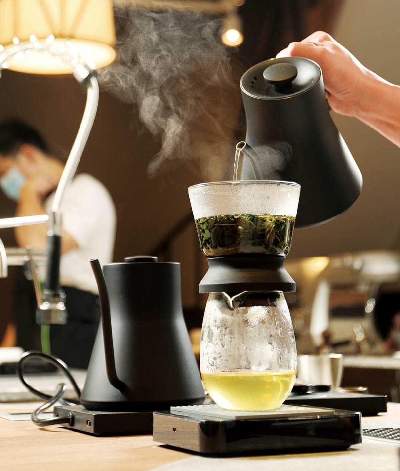 在「Wangtea Lab」可品飲類似咖啡手沖方式處理的手沖茶。(圖/于魯光攝)