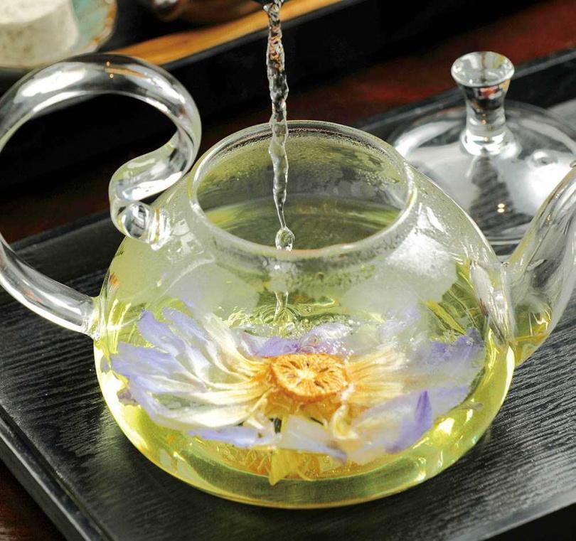 可看見整朵蓮花的「蓮花茶」,甘苦交織,套餐還附3樣傳統茶點甜甜嘴。(蓮花茶套餐250元)(圖/于魯光攝)