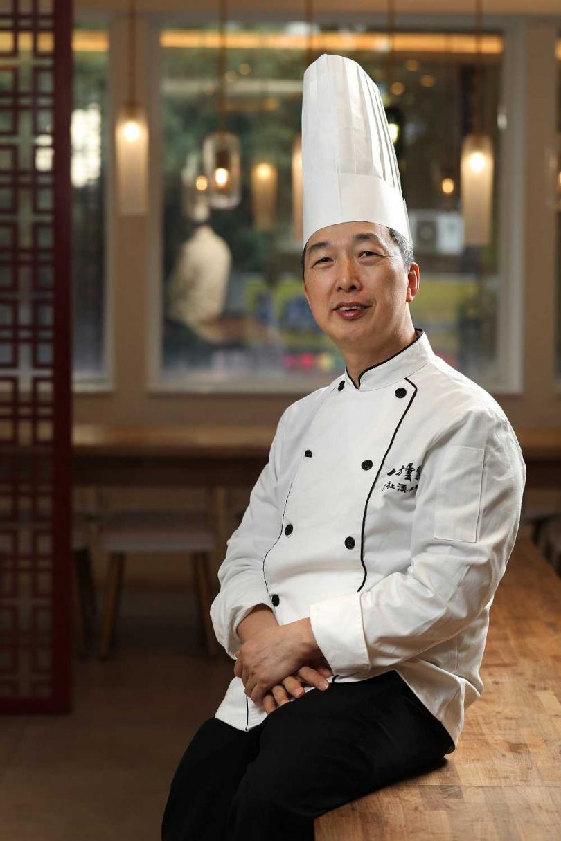 出生於澳門的梁社漢是台灣女婿,掌廚經歷超過30年。(圖/于魯光攝)