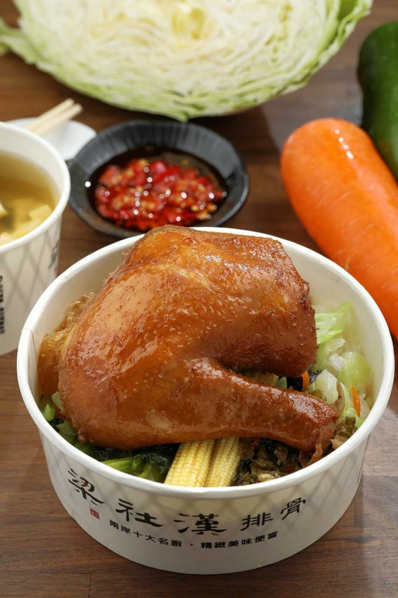 「玫瑰油雞飯」選用厚實飽滿的大雞腿,經過滷製,外表油亮誘人。(100元)(圖/于魯光攝)