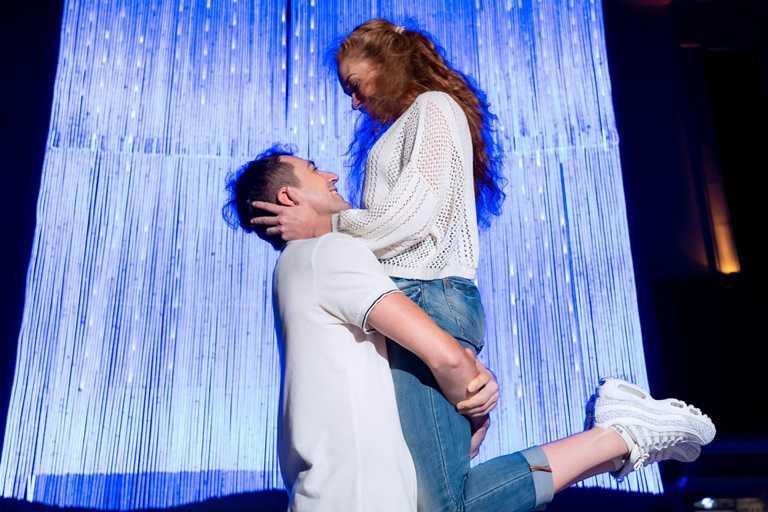 「星織光瀑」也是情侶必拍的打卡點。(圖片提供:義大世界購物廣場)
