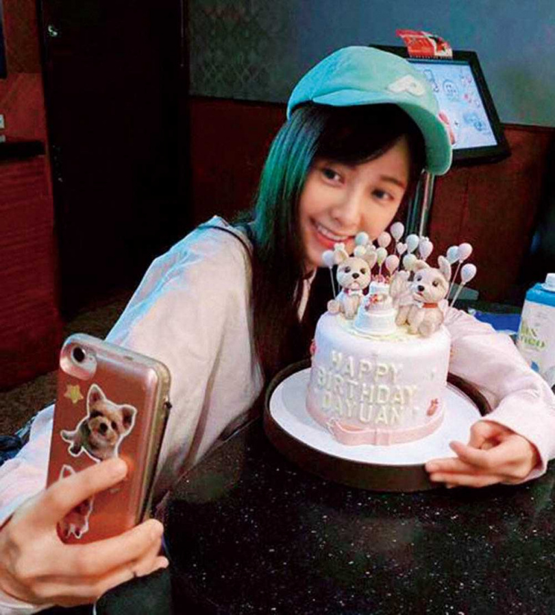 朋友知道底迪是大元的最愛,生日還送上約克夏造型的蛋糕,讓她十分驚喜。(圖/翻攝自大元臉書)
