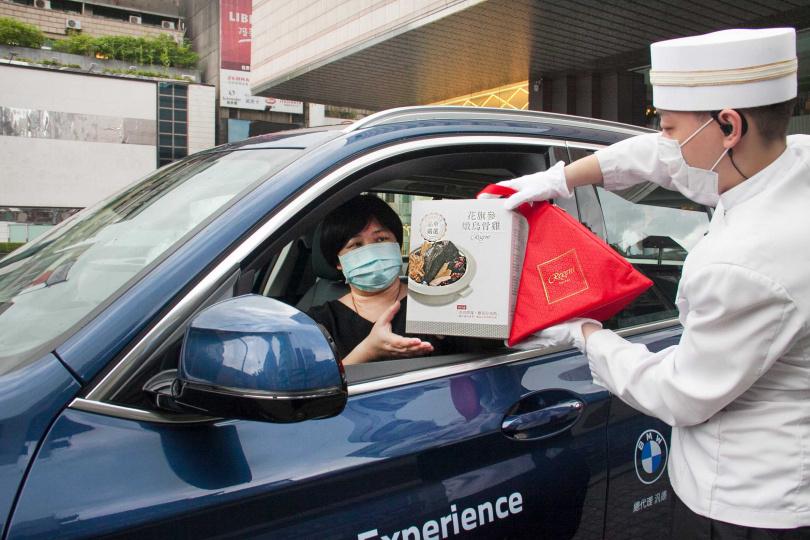 台北晶華酒店特別開設「美饌得來速櫃台」,消費者免下車便可取粽。(圖/台北晶華酒店提供)