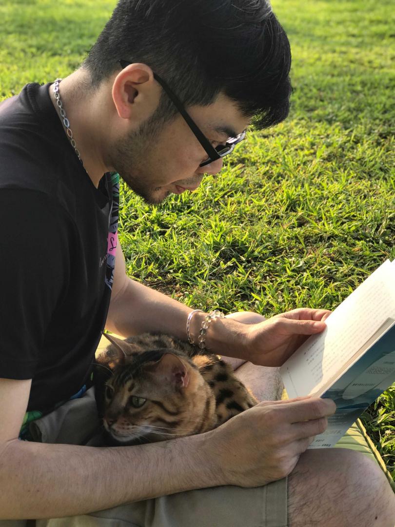 家中兩貓都很親人,余荃斌透露有時候在想音樂的時候,牠們都會主動靠過來,靜靜地陪伴著,有時威利還會跑來幫忙按按摩肚皮,非常有趣。(圖/艾迪昇提供)