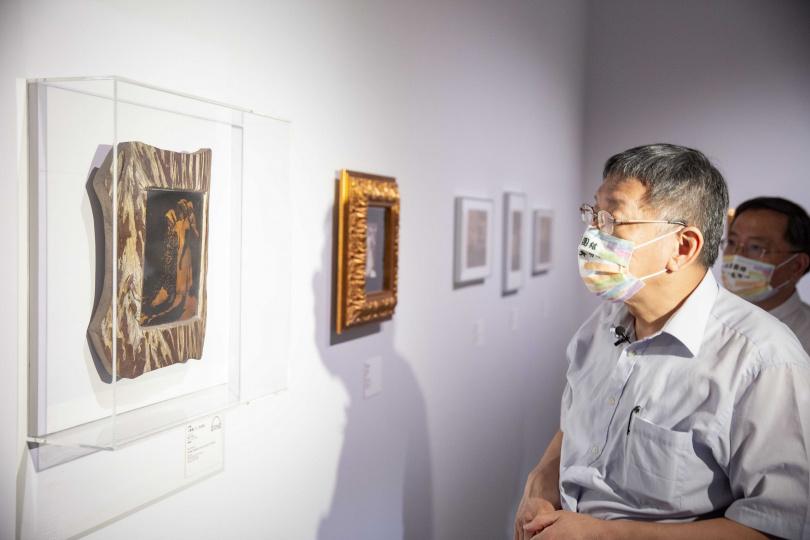 臺北市柯文哲市長觀看攝影師彭瑞麟《太魯閣之女(漆金版)》(1934-1938)。