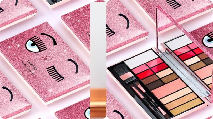 """《Chiara Ferragni 粉紅眨眼系列眼唇頰彩盤》/2,980元  高達 13  色,一盒即可打造如 Chiara 般的美麗自信風采! 包括:辣椒紅、乾燥玫瑰、珊瑚粉、小紅莓四個個性唇彩、還有優雅百搭的漸層大地色眼影 4 色、超實用 3 色階打亮修容粉餅,淡粉玫瑰色腮紅、及 1款嘟嘟唇的亮光唇蜜。更貼心的是, 彩盤內內附 3 支刷具,不論日常、工作、約會、派對、旅遊,只要一盤在手,都能隨心妝點 出可甜美、可清新、可華麗的""""Chiara 風格。"""