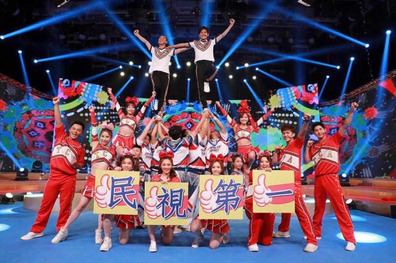 浩角翔起表演啦啦隊開場舞蹈,預告觀眾節目精彩到無法轉台。(民視提供)