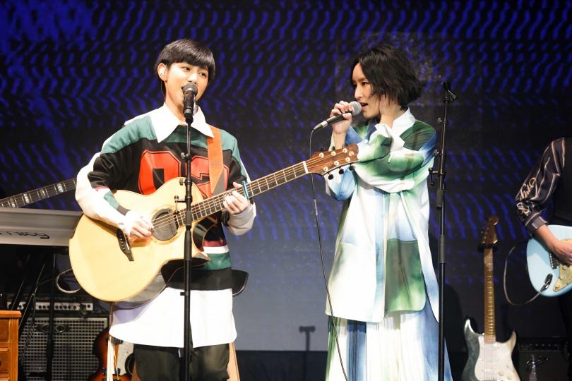 法蘭(右)和魏嘉瑩合唱〈故障了〉,粉絲聽得陶醉。(圖/小魏工作室提供)