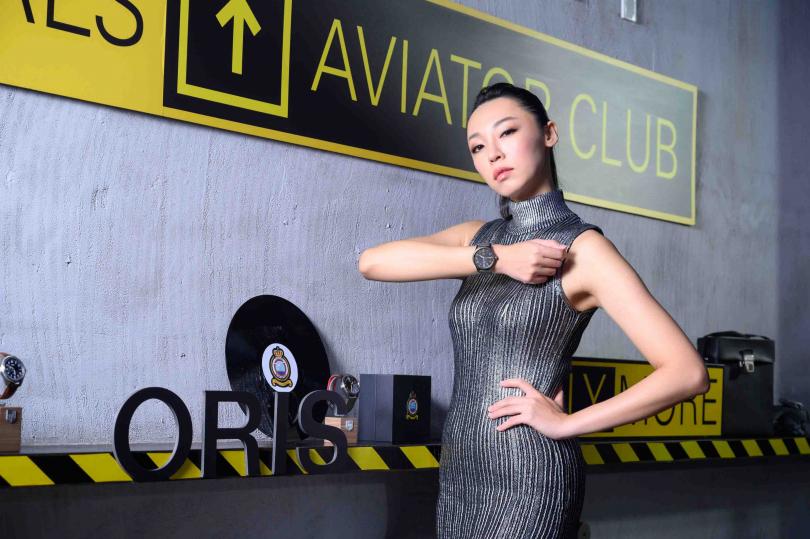 配戴飛行感十足的ORIS「Big Crown」指針式日期錶,造型現代摩登,個性百搭。(圖片提供╱ORIS)