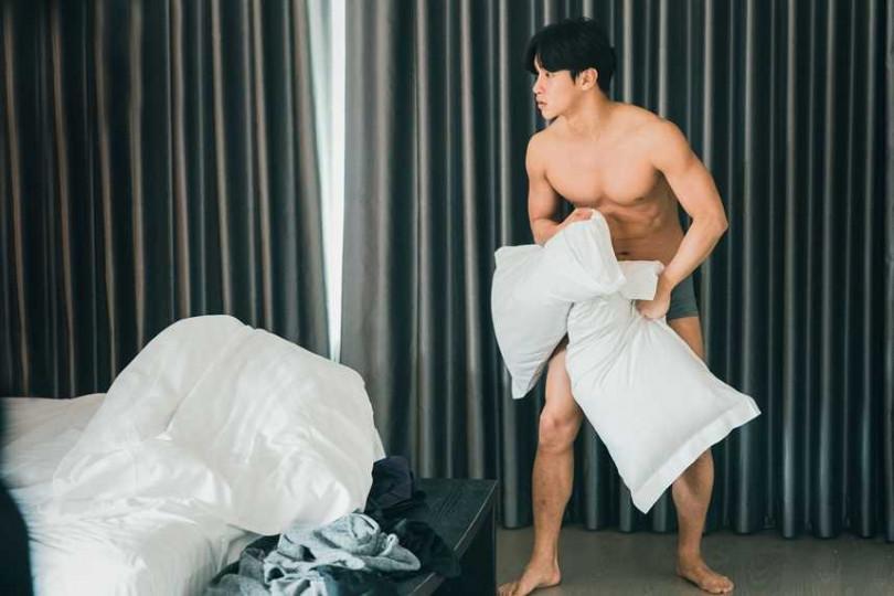 劇組沒想到李時剛尺度這麼大,他自告奮勇穿著原味內褲上場。(圖/達騰娛樂)