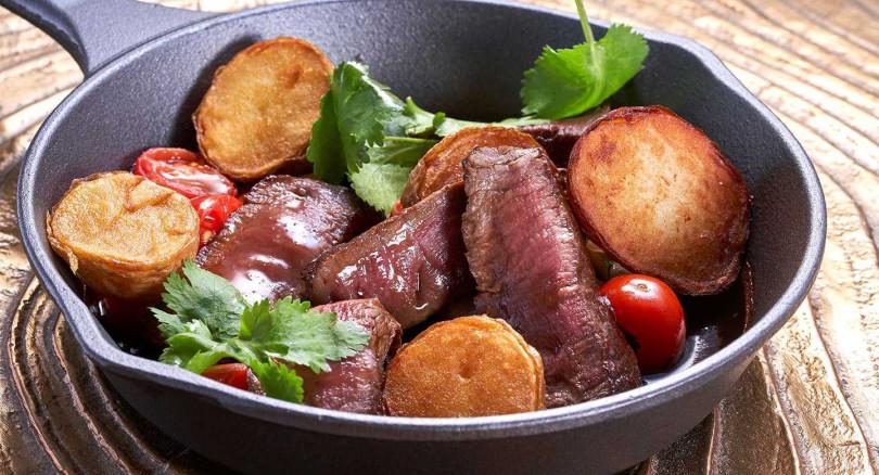 「秘魯風味和牛菲力」用澳洲M6和牛煎五分熟,佐微炒香菜、番茄、洋蔥沙拉,和蠔油、醬油、牛肉精華特製醬。