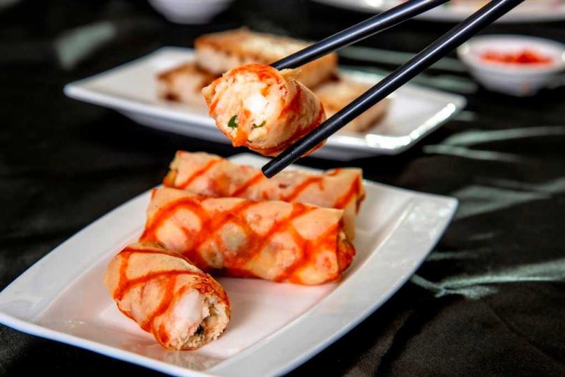 彩蛋鮮蝦捲。(圖/六福萬怡粵亮廣式料理提供)