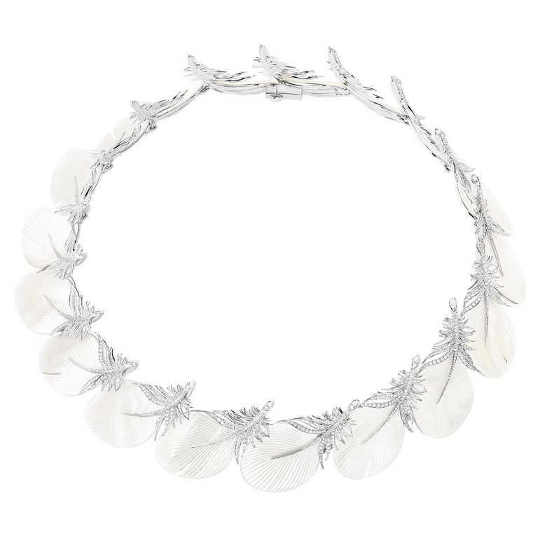 BOUCHERON「Caresse de Plume」主題項鍊,白金鑲嵌鑽石、珍珠母貝及養殖珍珠╱價格店洽。(圖╱BOUCHERON提供)