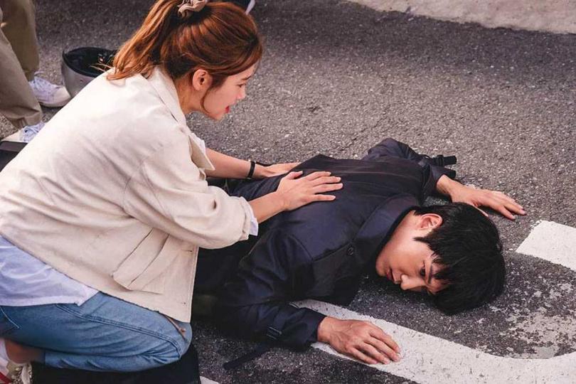 《殭屍偵探》在劇情設定上「弱化」殭屍,男主角若後腦勺敲到地面,便會難以起身。(圖/翻攝自KBSDRAMA IG)