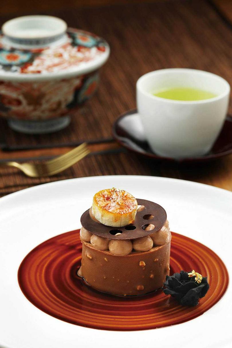 「東京巧克力塔」底部為杏仁巧克力蛋糕,還融合焦糖巧克力慕斯、巧克力甘納許,香濃滋味特別適合冬天。(1,200元+10%/套餐)(圖/于魯光攝)