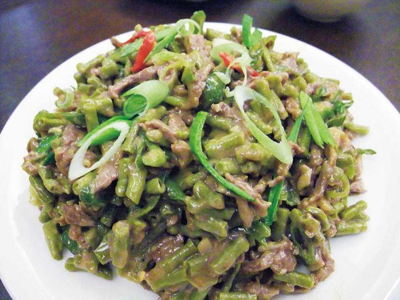 5至9月時,朱全斌的外婆常曬、醃缸豆並烹調「酸豇豆炒黃牛肉絲」。(圖/朱全斌提供)