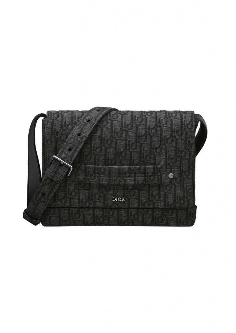 WWDIOR Oblique 黑色緹花郵差包。售價:NT72,000元