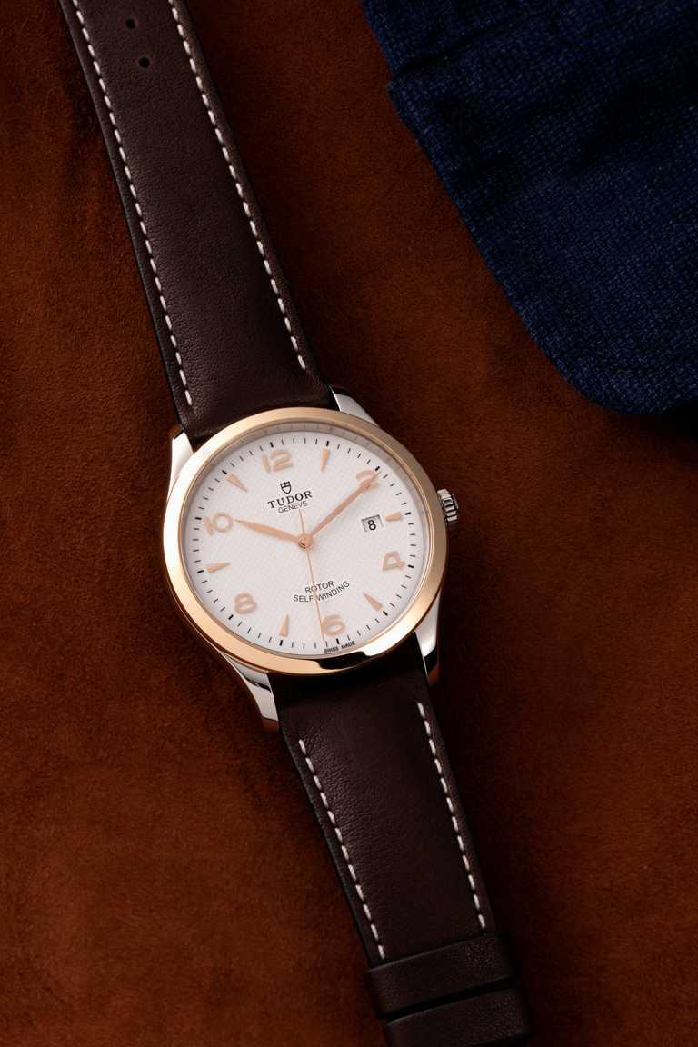TUDOR「1926」系列機械腕錶,28mm,精鋼錶殼,磨光玫瑰金外圈,皮革錶帶,T201型自動上鏈機芯╱67,000元。(圖╱TUDOR提供)