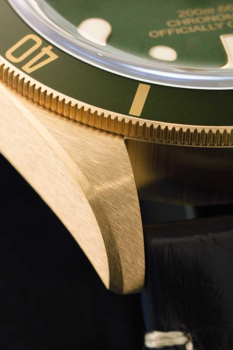 不同於傳統黃金腕錶常見的亮面飾面效果,TUDOR「碧灣1958型青銅款」腕錶的錶殼採用18K黃金材質,並經全磨砂啞面處理,是帝舵潛水腕錶又一首創之舉。(圖╱TUDOR提供)