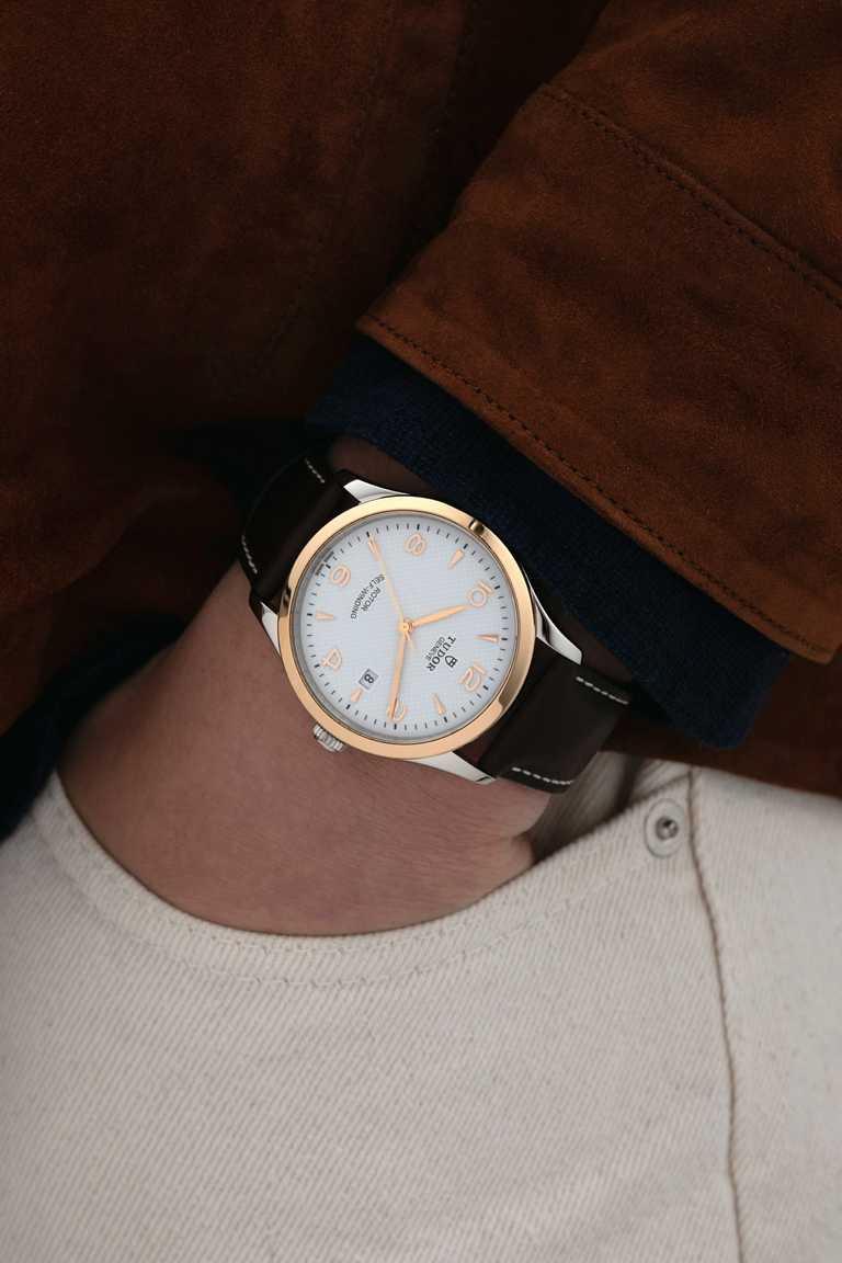 TUDOR「1926」系列機械腕錶,41mm,精鋼錶殼,磨光玫瑰金外圈,皮革錶帶,T601型自動上鏈機芯╱72,000元。(圖╱TUDOR提供)