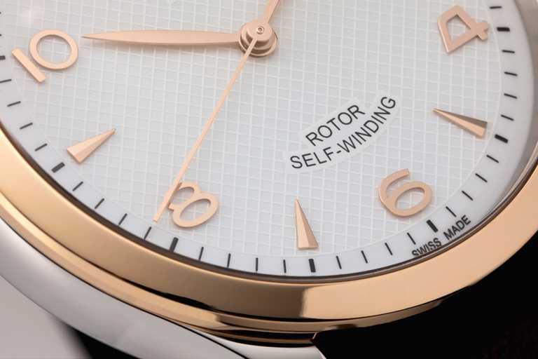 TUDOR「1926」系列機械腕錶錶面細節豐富,不僅採用懷舊感的圓拱形設計,中央更點綴精緻浮雕飾紋,與柔滑分針刻度形成微妙對比。(圖╱TUDOR提供)