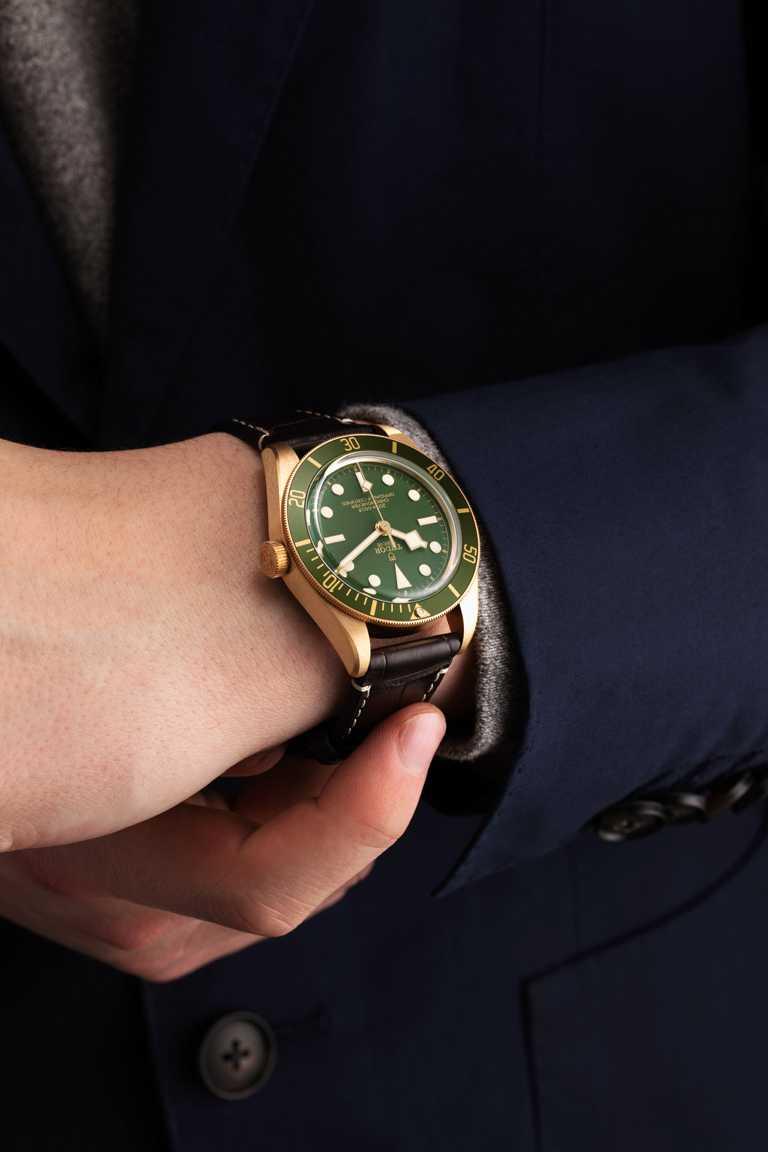 TUDOR「Black Bay Fifty-Eight Bronze碧灣1958型青銅款」腕錶,採用全新「青銅棕色」錶面、深棕色鱷魚皮錶帶,極具復古魅力。(圖╱TUDOR提供)