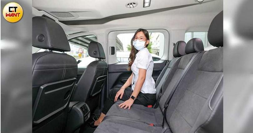 第2排為3人座設計,因為車頂較高,乘坐空間相當舒適。(圖/王永泰攝)