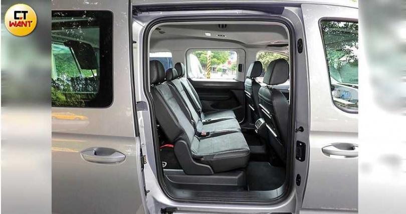 車側滑門為手動式,但內建裝省力裝置,開關毫不費力。(圖/王永泰攝)