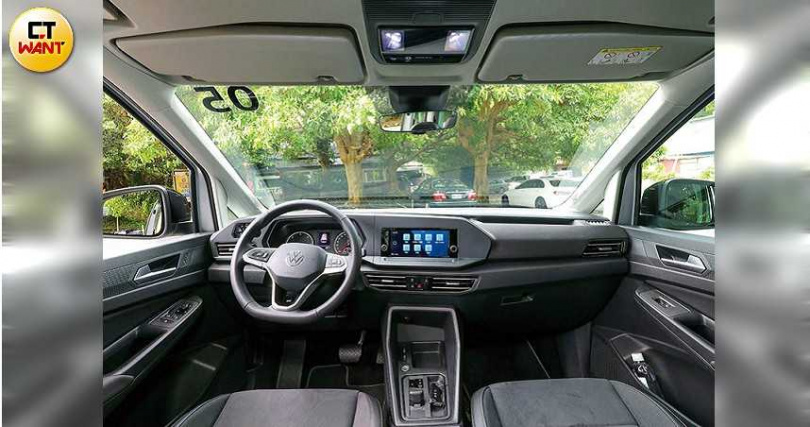 Caddy Maxi的駕駛艙設計,維持新世代福斯家族的簡潔風格。(圖/王永泰攝)