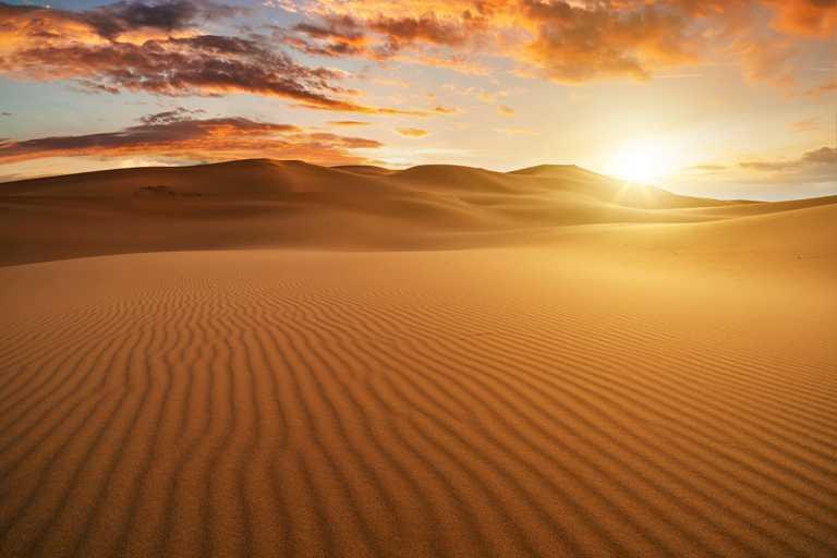 於納米比亞西部沿海平原的納米比(Namib)沙漠,其獨特的赭紅色沙粒在酷熱中發亮。(圖╱DE BEERS提供)