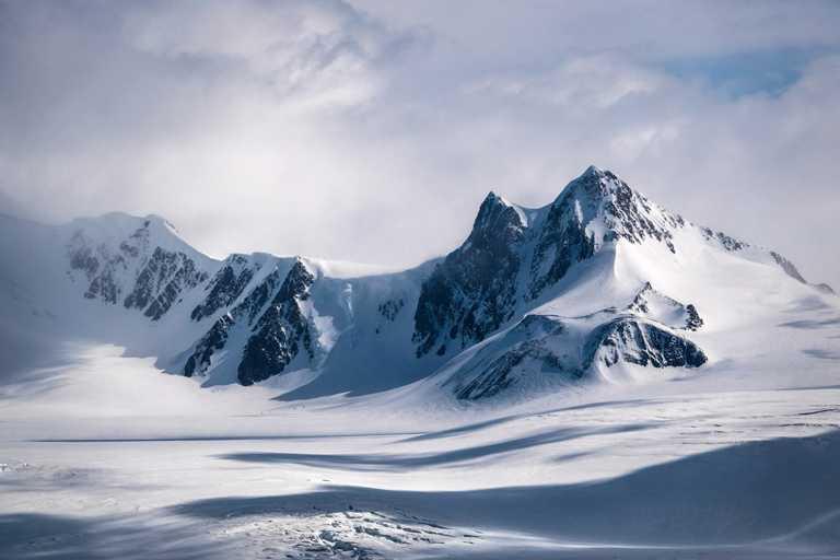 DE BEERS「Reflections of Nature」系列高級珠寶,Ellesmere Treasure作品設計靈感來自加拿大的北極圈山脈。(圖╱DE BEERS提供)