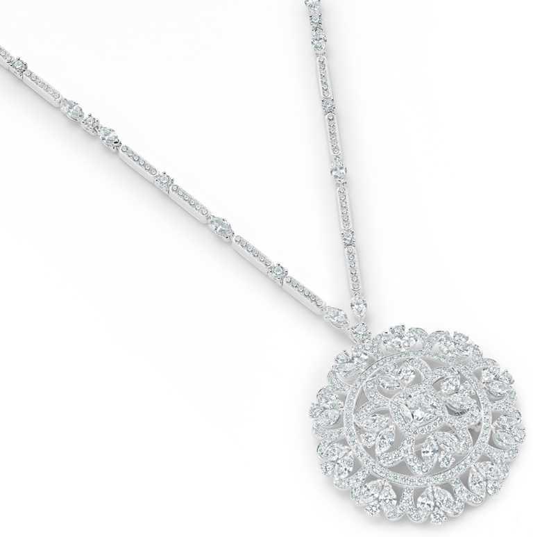 DE BEERS「Reflections of Nature」系列高級珠寶,Ellesmere Treasure鑽石圓牌項鍊,鑽石總重12.65克拉。(圖╱DE BEERS提供)