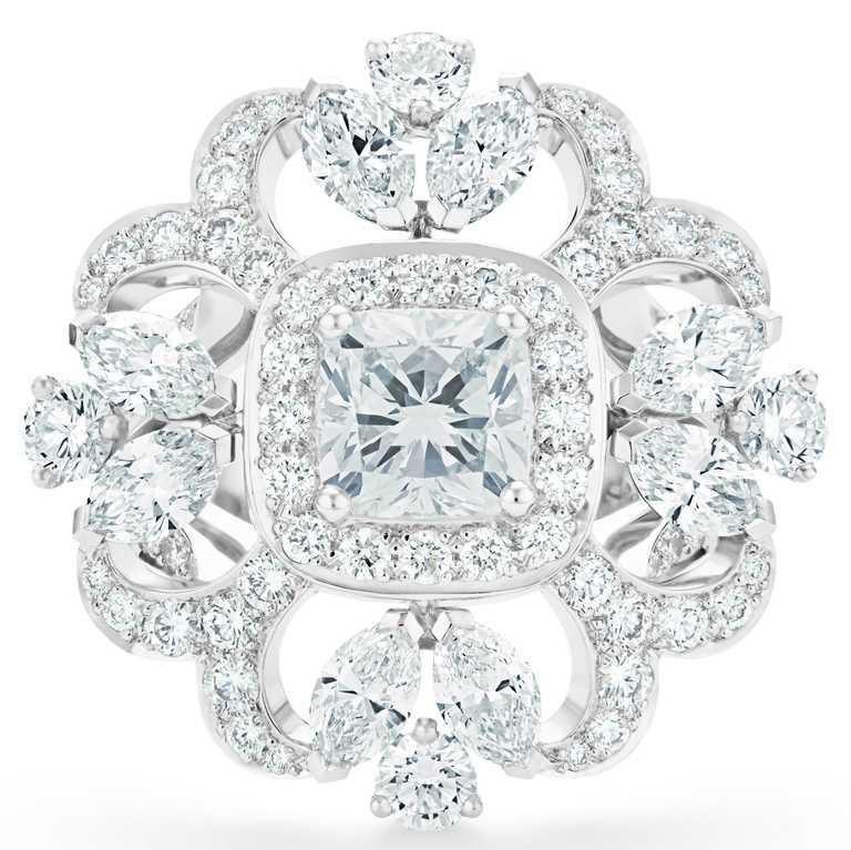 DE BEERS「Reflections of Nature」系列高級珠寶,Ellesmere Treasure鑽石戒指,枕形切割主鑽重達1.2克拉。(圖╱DE BEERS提供)