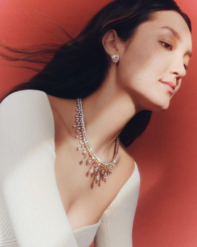 DE BEERS「Reflections of Nature」系列高級珠寶,Motlatse Marvel鑽石圓牌項鍊,枕形切割深彩帶褐色的橘鑽主鑽1.01克拉,鑽石總重34.66克拉。(圖╱DE BEERS提供)