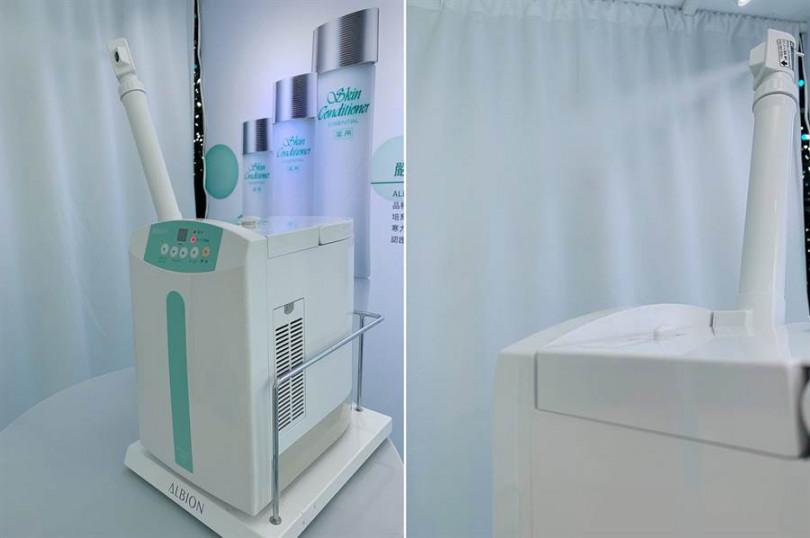 位於「健康化妝水濕敷體驗區」的厲害儀器,讓妳可以感受到超細緻水分子噴灑於臉上的加濕效果。