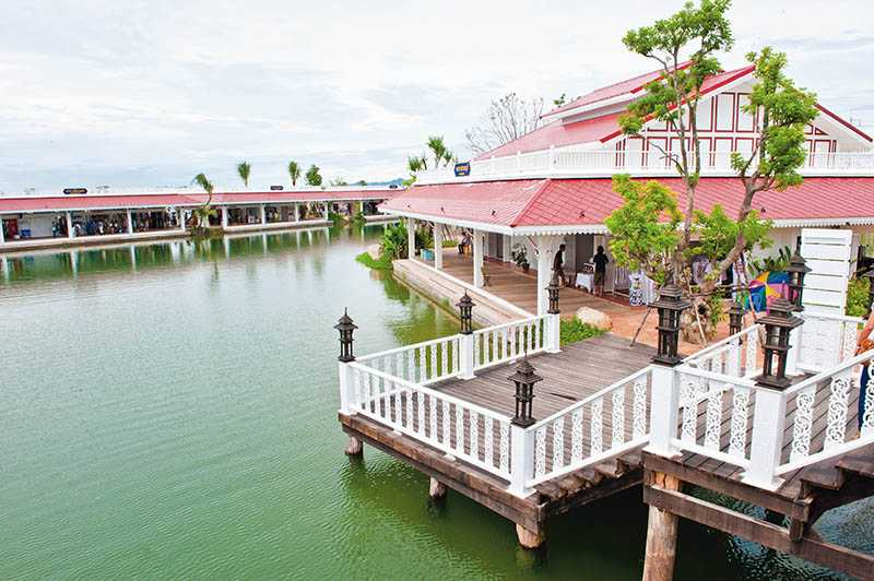 華欣水上市場經過重新規劃,粉白色的建築、寬敞舒適的空間,和傳統的水上市場截然不同。(圖/泰國觀光局提供)